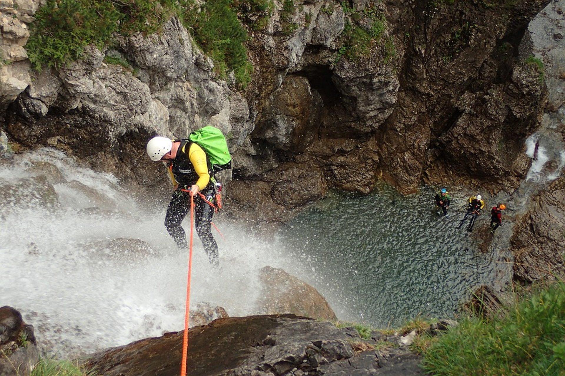 descente en rappel le long d'une cascade