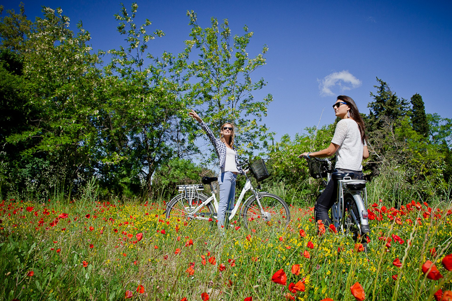 two girls-Provence-Ebikes-Baux de Provence-private tour