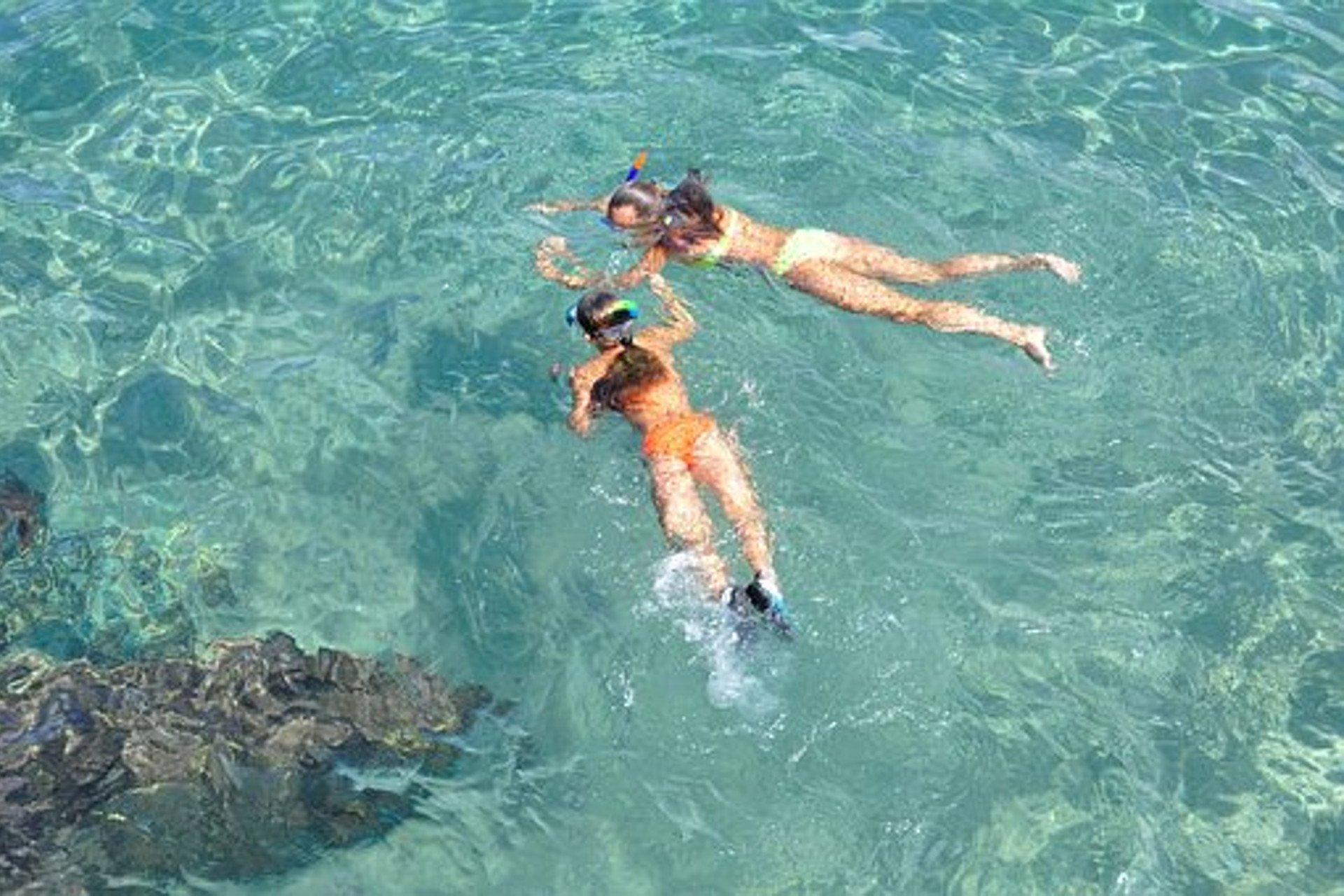 deux jeunes plongeuses dans une eau limpide