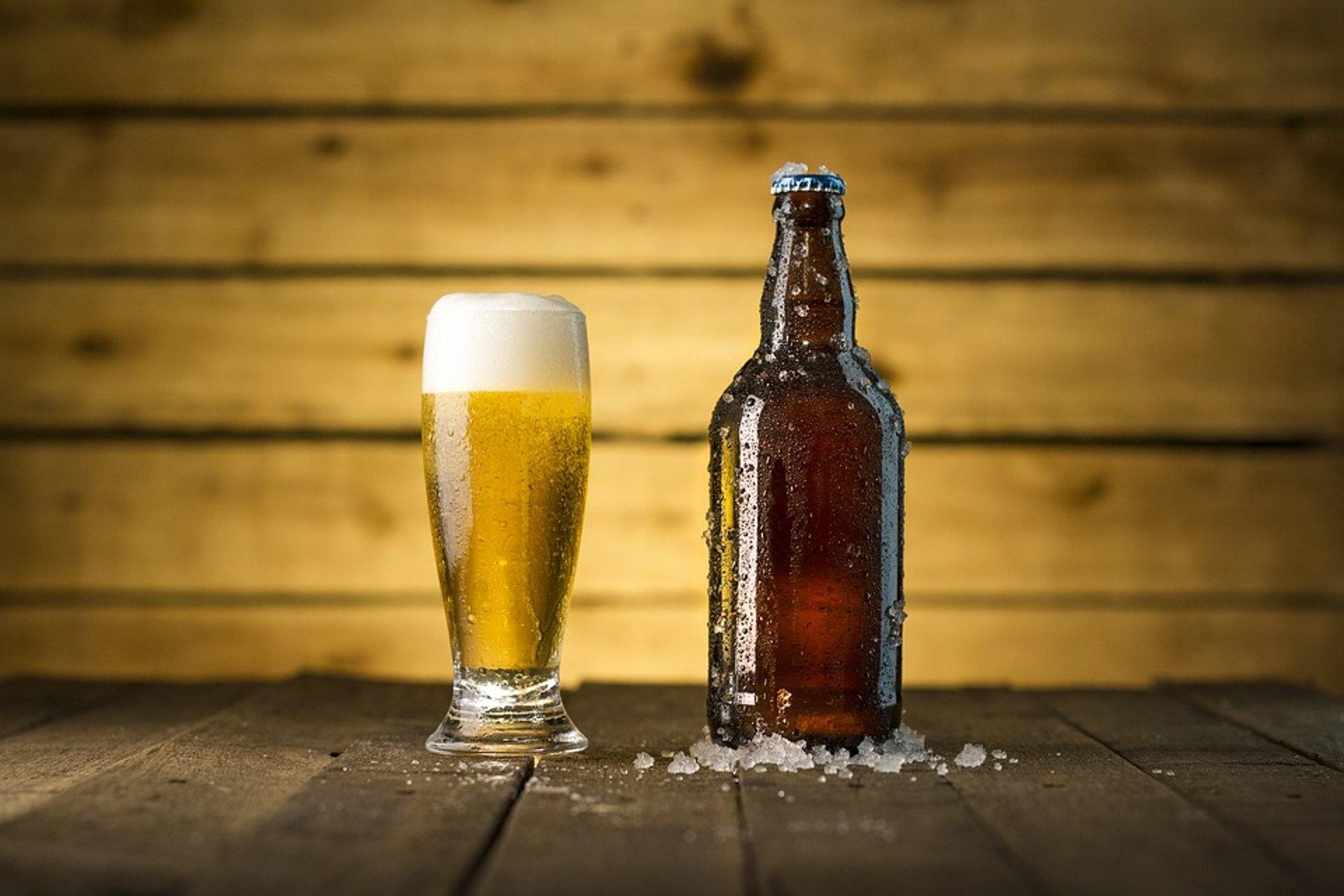 une bouteille et un verre de biere bien frais