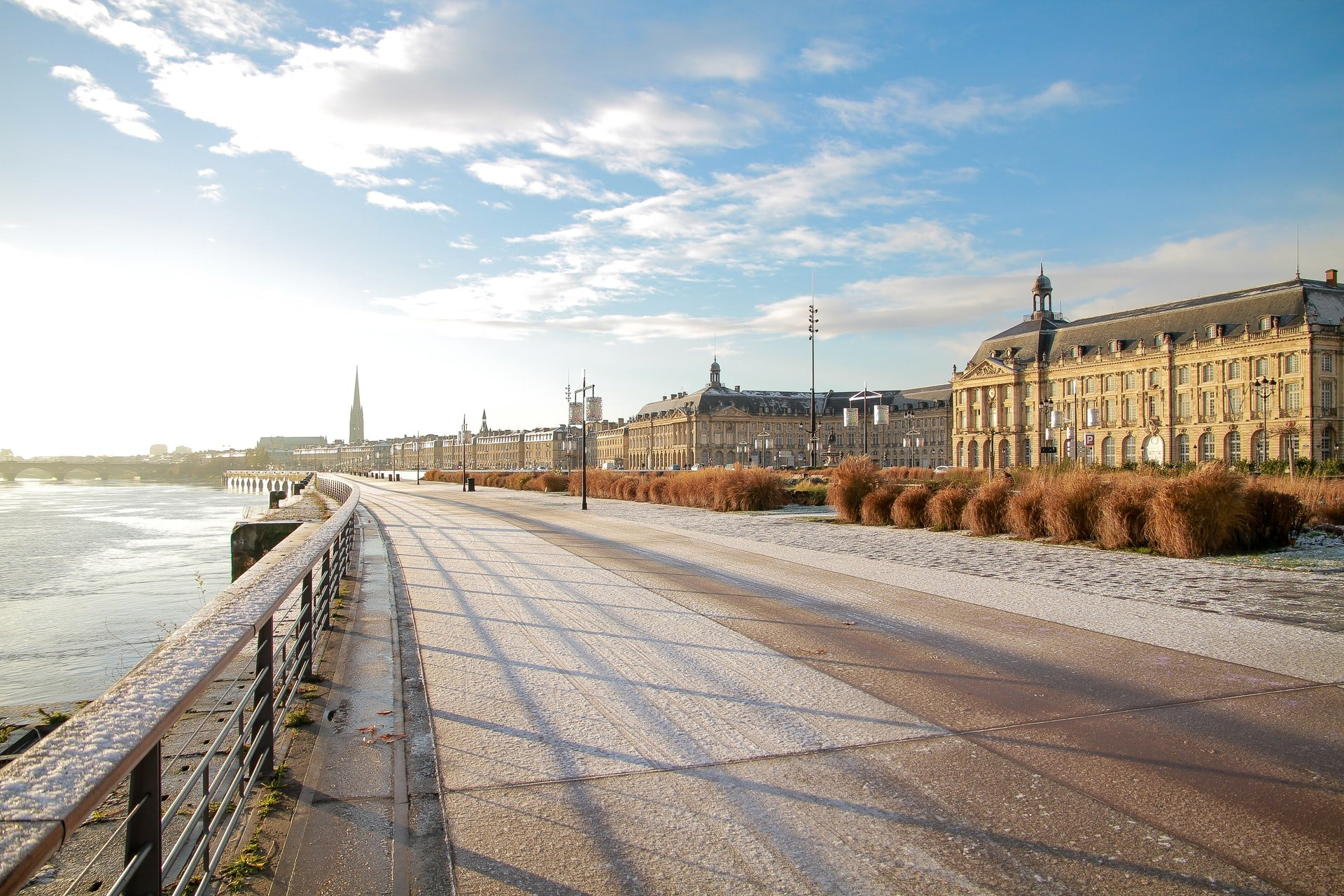 Quai le long de la Garonne à Bordeaux