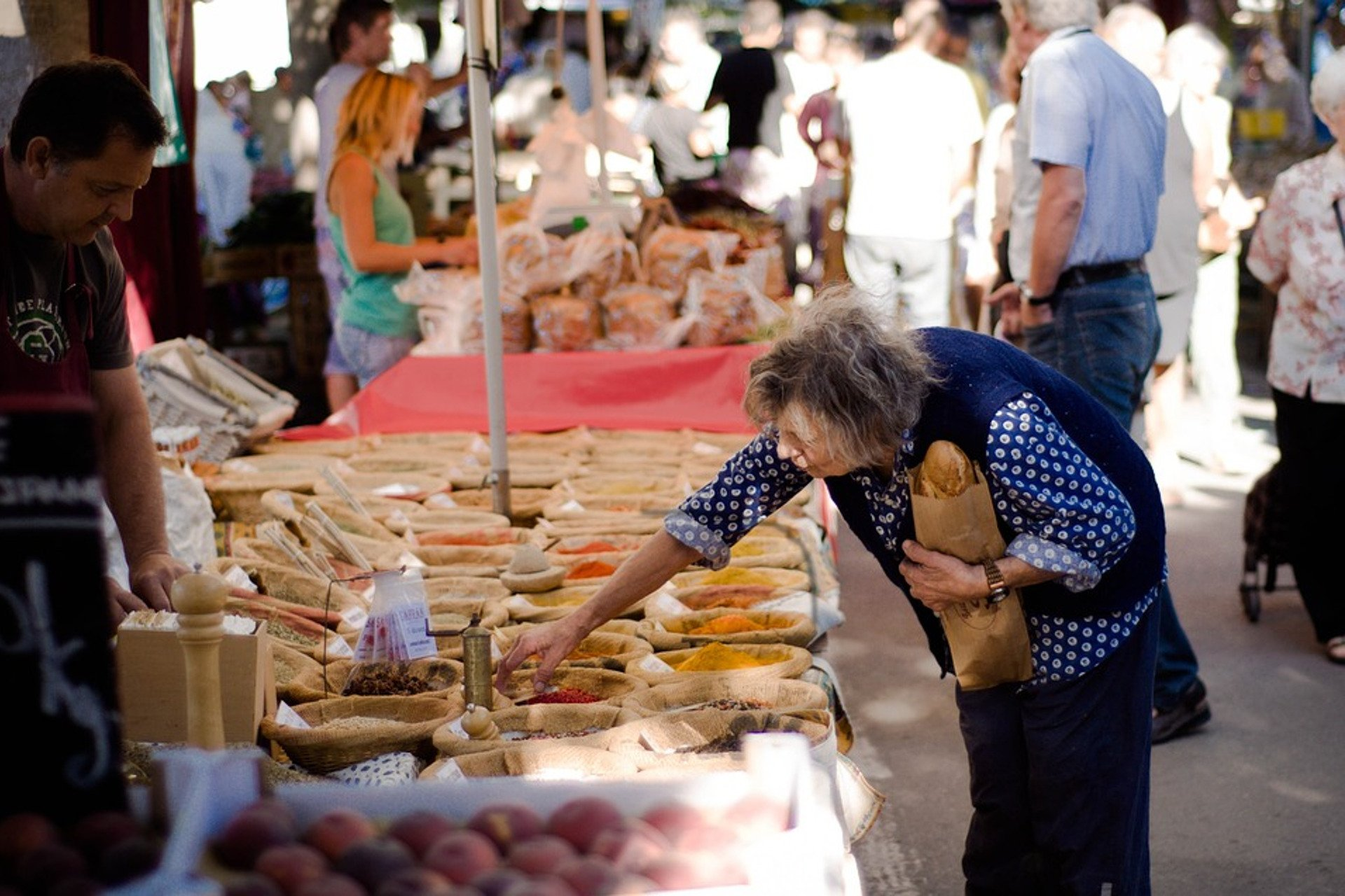 une femme fait ses courses au marche de Vintimille